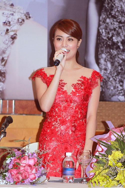 Hoàng Thùy Linh thường chọn những trang phục hết sức nữ tính. Những chiếc áo ren, voan mỏng manh là lựa chọn phổ biến của cô nàng.