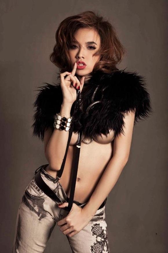 """Từ một cô người mẫu xinh xắn, đáng yêu khi mới bước vào làng giải trí, Đinh Ngọc Diệp bất ngờ """"quay ngoắt"""" chuyển sang hình tượng khoe thân."""