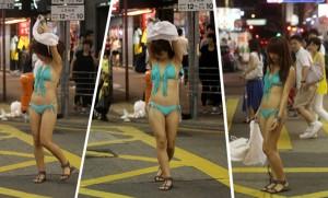 Cô gái thản nhiên khoe bikini giữa phố